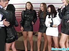 - Un grupo de chicas aprende videos caseros reales cojiendo practicidad