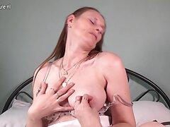 Una joven cojiendo casadas seduce a un joven.
