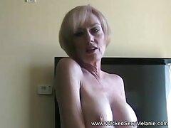 Blondie cuida video caseros cojiendo de dos pollas en su habitación.
